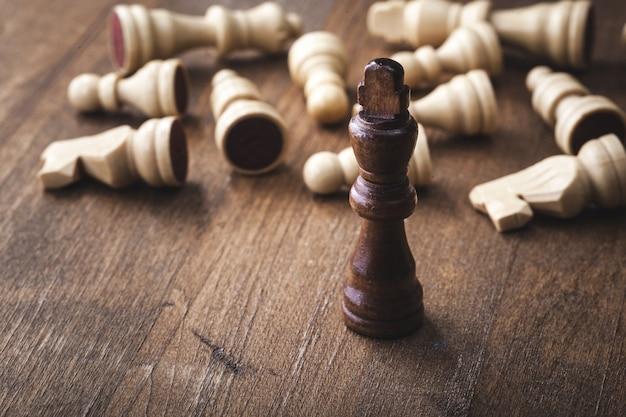 Концепция уникальности шахмат на деревянном фоне