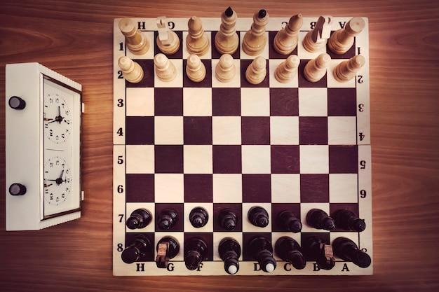 チェスと時計付きのチェス盤、上面図、チェスゲームの始まり。最初の動き