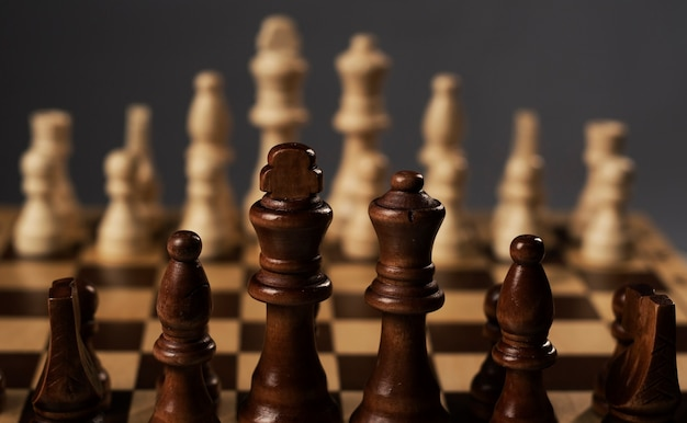 Шахматная доска с шахматными фигурами в начале игры.
