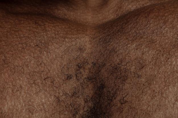胸。人間の肌の詳細な質感。若いアフリカ系アメリカ人の男性の体のクローズアップショット。スキンケア、ボディケア、ヘルスケア、衛生、医学の概念。美しさと手入れの行き届いたように見えます。皮膚科。