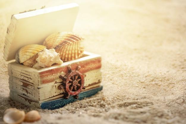 Сундук с морскими ракушками на песчаном пляже