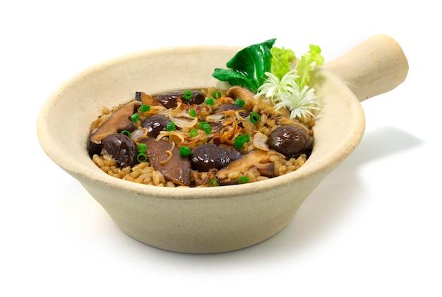 찰흙 냄비에 쌀과 버섯으로 밤 구워 중국 음식 스타일 야채 측경 장식