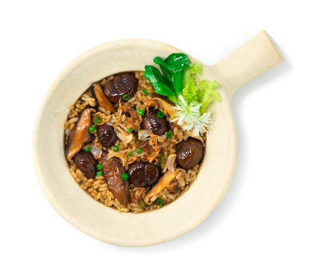찰흙 냄비에 쌀과 버섯으로 밤 구워 중국 음식 스타일 야채 topview 장식