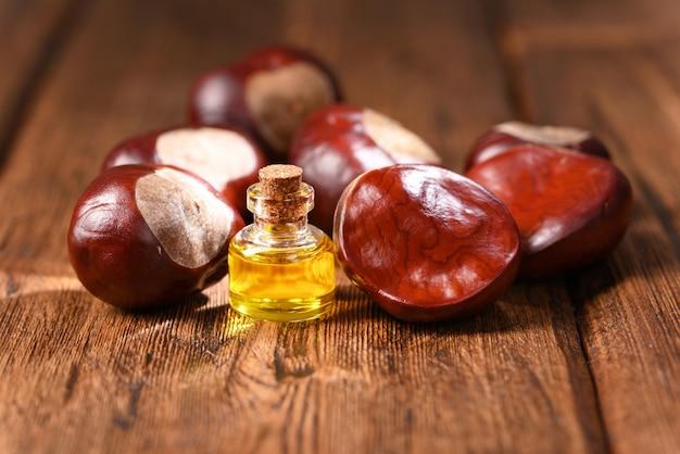 木製のテーブルに栗と栗の油。