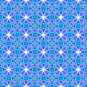 シェブロン水彩パターン。ブルートレンドの自由奔放に生きるシックな夏のデザイン。テキスタイルレディの見事なプリント、水着生地、壁紙、ラッピング。緑の幾何学的なシェブロン水彩ボーダー。