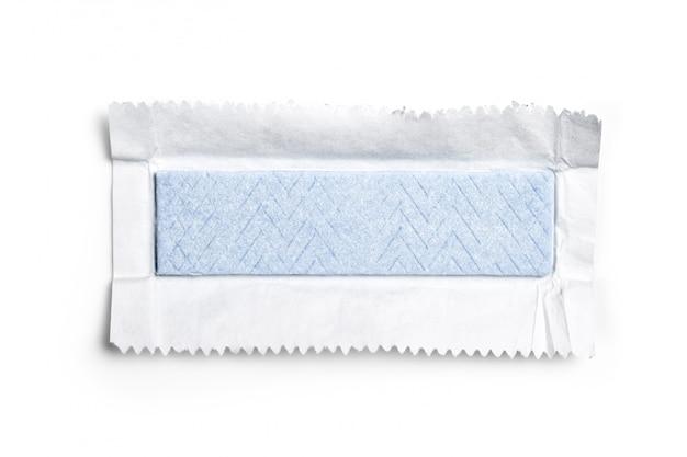 Жевательная резинка, завернутая в фольгу, изолирована