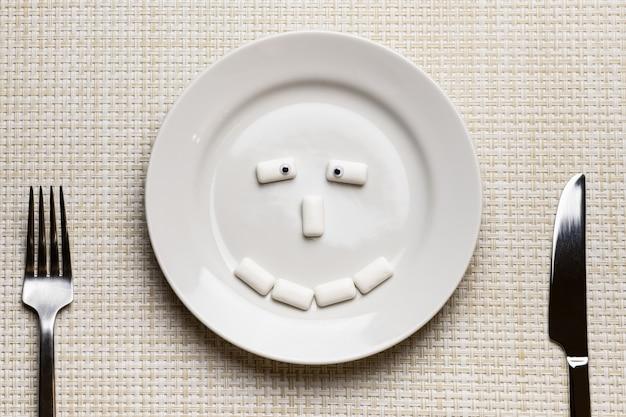 チューインガムは変な顔をした。口腔衛生と虫歯からの歯の保護