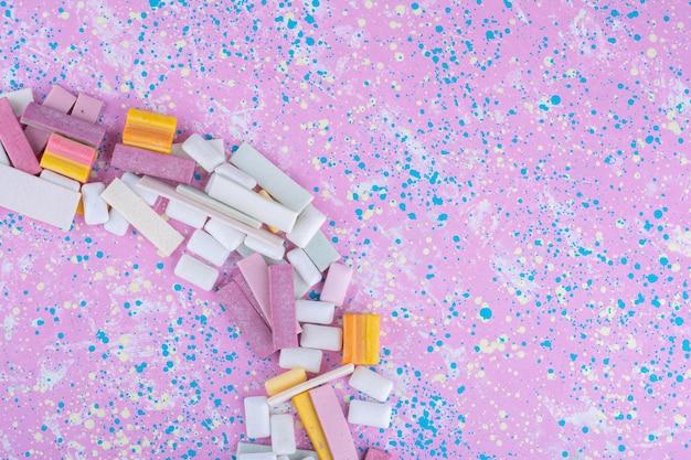 Gomme da masticare disposte ad arco su una superficie colorata