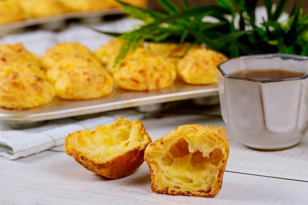 Хлеб chewy сыра вызвал chipa с кофе на деревянном столе.
