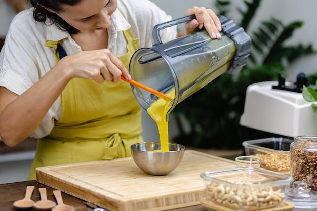 チアプリンの製造工程。アーモンドミルク、ジャックフルーツ、チアシードの健康的なデザート。