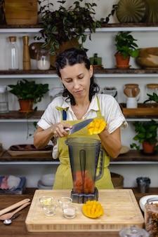 Processo di produzione del budino di chia. preparare una sana marmellata con mango e papaia.