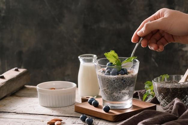 ベリーとミルクのチアプリン、甘い栄養のあるデザート、健康的な朝食のスーパーフードのコンセプト