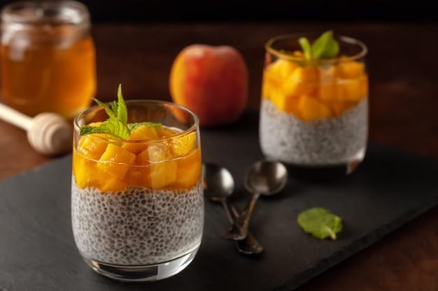 Пудинг из чиа с кокосовым молоком и персиками