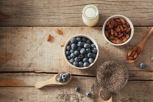 Пудинг из чиа со свежими ягодами и миндальным молоком. концепция суперпродуктов. веганская, вегетарианская и здоровая диета с органическими продуктами
