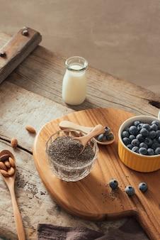 新鮮なベリーとアーモンドミルクを使ったチアプリン。スーパーフードのコンセプト。ビーガン、ベジタリアン、オーガニック製品を使った健康的な食事