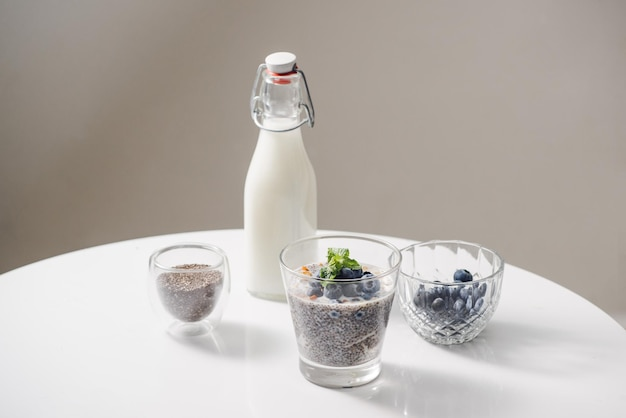 신선한 딸기와 아몬드 우유를 곁들인 치아 푸딩. 슈퍼 푸드 개념입니다. 유기농 제품을 사용한 채식주의자, 채식주의자 및 건강한 식생활
