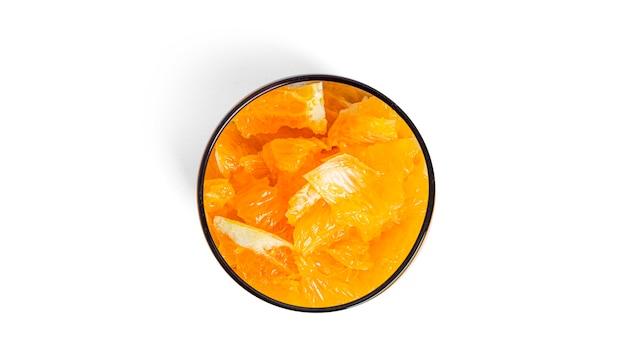 オレンジのかけらといちごジャムが分離されたチアプリン。多層ヘルシーデザート。チアムース。