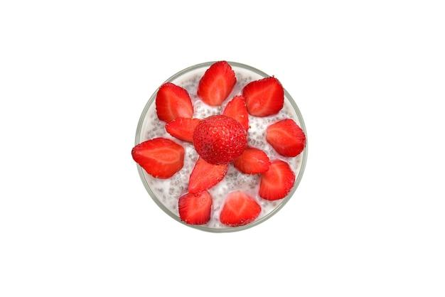 白い表面にイチゴとミントを添えたチアプリン。テキストやデザインのためのスペース。