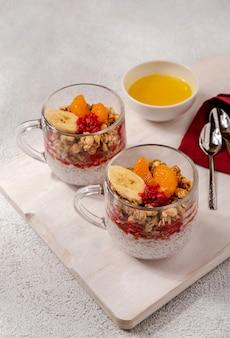 라스베리와 바나나를 곁들인 치아 푸딩. 건강한 영양, 슈퍼 푸드. 건강한 아침 식사.