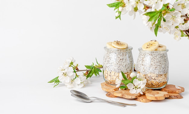 Чиа пудинг с йогуртом, бананом и овсом концепция здорового питания. копировать пространство