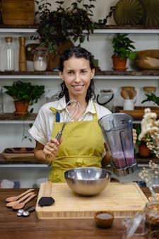 チアプリンの調理工程。アーモンドミルクにドラゴンフルーツピンクのナチュラルカラーエキスとチアシードを混ぜたもの。