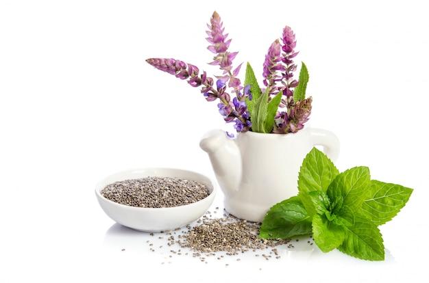 チア種子の白い背景で隔離の花と健康的なスーパーフード