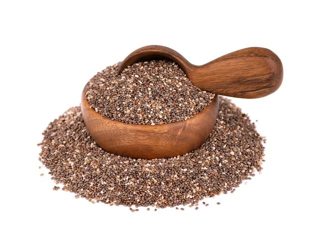 나무 그릇과 숟가락, 흰색 배경에 고립에서 chia 씨앗. 유기농 치아 씨앗.