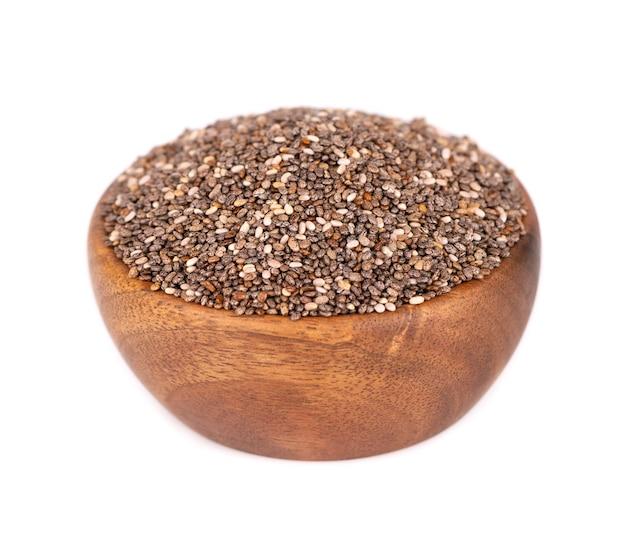 흰색 배경에 고립 된 나무 그릇에 chia 씨앗. 건강한 슈퍼 푸드. 유기 치아 씨앗의 근접 매크로입니다.