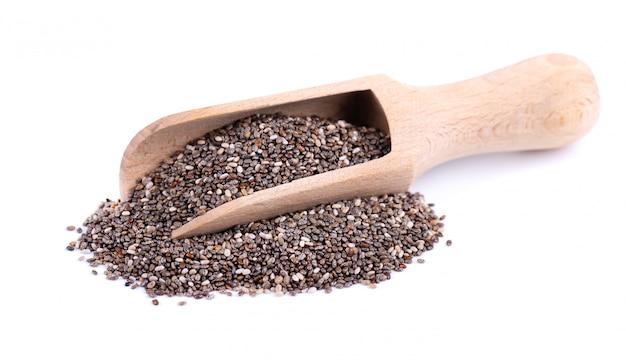 흰색 절연 나무로되는 숟가락에 chia 씨앗