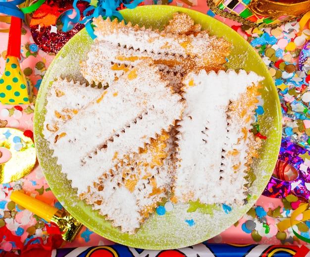Chiacchiereまたはcenci、カーニバルの典型的なイタリアのデザート。