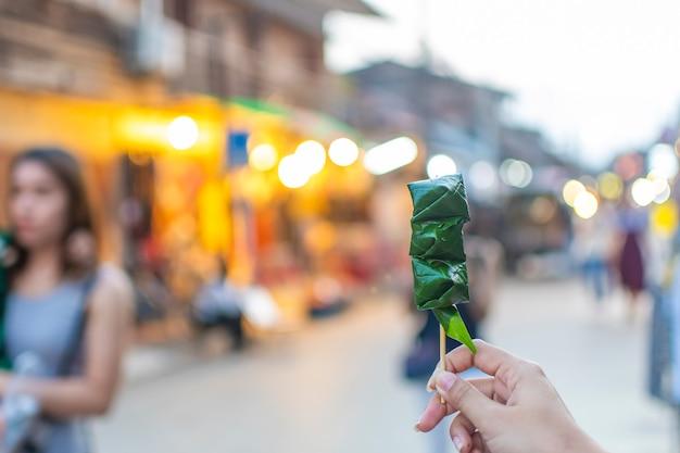치앙 칸 워킹 스트리트: 미앙 캄을 들고 허브로 만든 소스를 얹고 빈랑 잎으로 감싼 향토 요리.