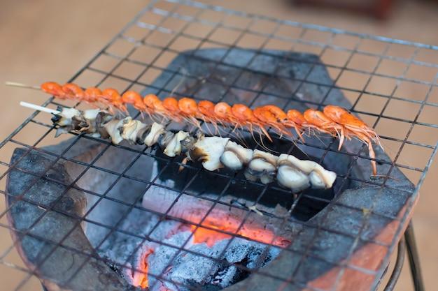 Уокинг-стрит чианг-хана: местная еда, тертые креветки, рисовые мидии, шашлык, приготовленные на гриле на плите.
