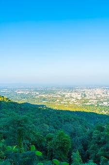 タイの青い空とチェンマイの街のスカイライン