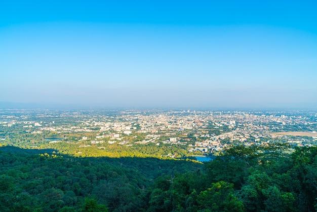 タイの青い空とチェンマイの街並み
