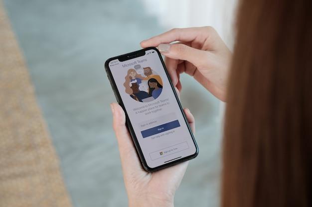 태국 치앙마이 - 2021년 10월 3일: 재택 근무 직원이 집에서 격리된 원격 작업을 위해 준비된 microsoft teams 소셜 플랫폼을 다운로드하고 있습니다.