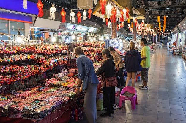 チェンマイ、タイ-2014年11月6日:市場でカラフルなタイスタイルの生地、タイ