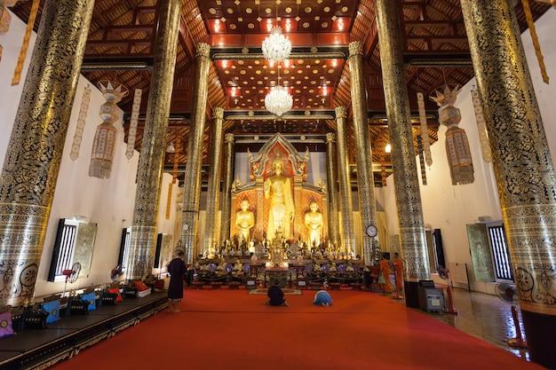 Chiang mai, thailand - 2014년 10월 29일: 와트 체디 루앙 사원 내부.