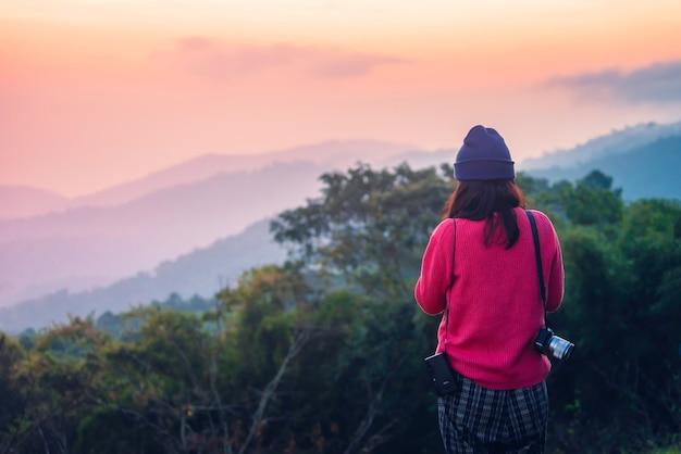 Поездка в чиангмай туристки и друзья, путешествующие по северной