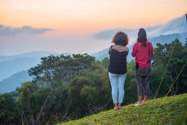 Поездка в чиангмай туристки и подруги