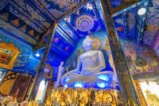 Чианг рай, таиланд - 24 февраля 2018: ват ронг суа тен или синий храм в провинции чианграй, таиланд.