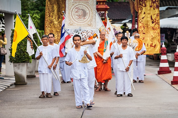 Chiang rai, thailand - 2014년 11월 6일: wat rong khun 사원에서 loi krathong 축제를 축하하는 미확인된 사람들.