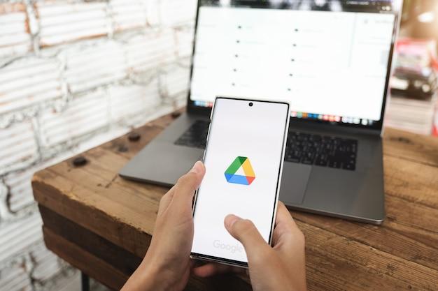 2021년 6월 6일 태국 치앙마이: 화면에 열린 google 드라이브 앱이 있는 스마트폰 모바일을 들고 있는 여성의 손, google 드라이브는 온라인 최고의 서비스 클라우드 스토어입니다.