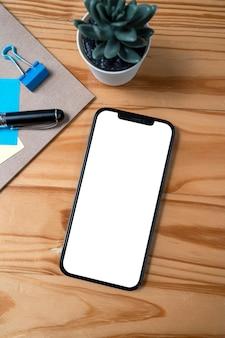 タイ、チェンマイ-2021年7月26日スマートフォンiphone 12 promaxと白い画面を表示します。
