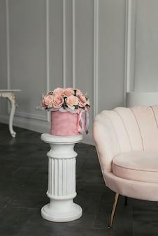 ピンクのベルベットの丸い箱にピンクの花のシックな花束