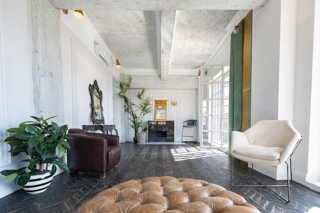昔ながらのアンティーク家具を備えたシックで豪華な客室デザイン