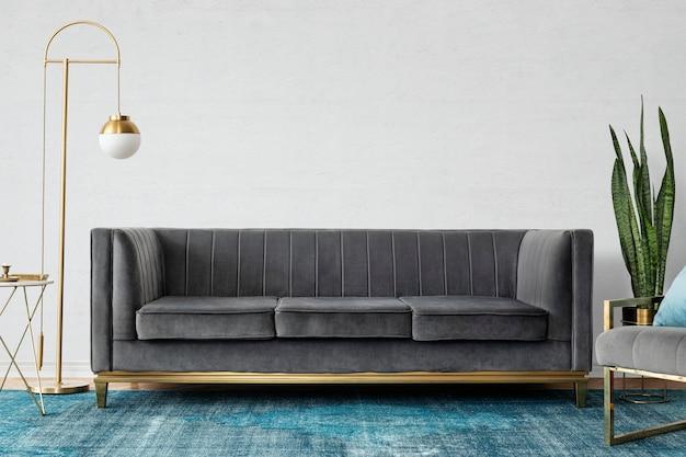 Шикарная современная роскошная гостиная середины века с диваном из серого бархата и синим ковром