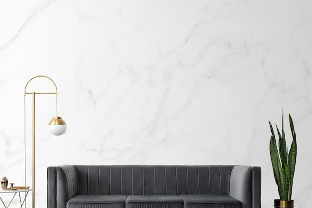 Elegante soggiorno di lusso moderno di metà secolo con divano in velluto grigio e lampada dorata