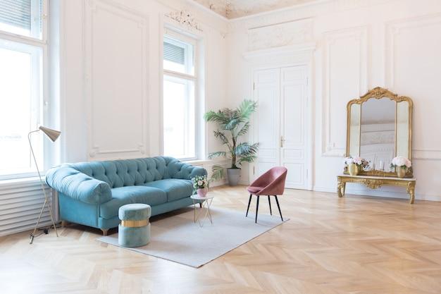 Шикарный просторный светлый номер в старинном особняке в классическом стиле 19 века с высоким потолком, украшенным лепниной на белых стенах.