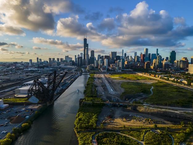 川沿いの日没時のシカゴの美しい大都市のスカイライン
