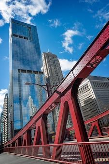 시카고 시내와 시카고 다리와 리버사이드